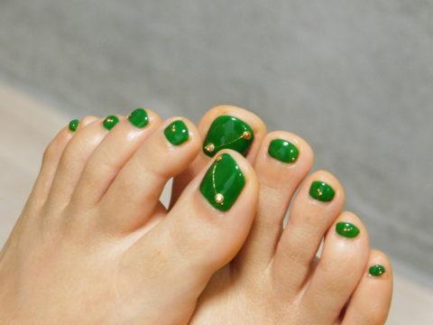 グリーンのフットジェルネイル